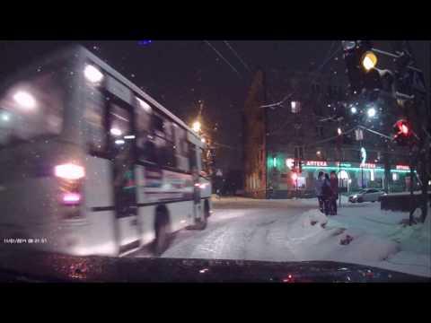 Водитель автобуса нарушает ПДД 15.01.2017 - DomaVideo.Ru