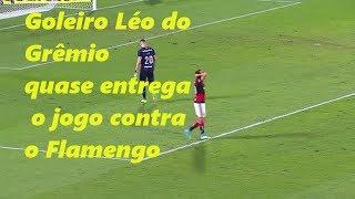 Léo, Goleiro do Grêmio vai repôr a bola, se atrapalha todo depois tenta o chutão, a bola bate em Damião bloqueia, e quase vai no gol.