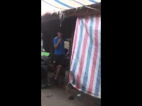 chàng trai hát rong xin tiền giúp cô bán hàng bị khuyết tật