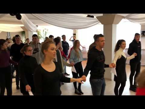 Wideo1: Ostatnie szlify poloneza uczniów III LO w Lesznie przed Studniówką