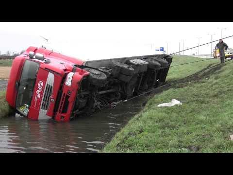 Vrachtwagen te water langs N242 in Alkmaar door losgeschoten stuurstang: