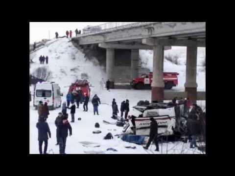 Δεκαεννέα νεκροί ύστερα από πτώση λεωφορείου από γέφυρα…
