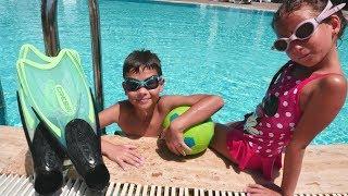Havuz oyunları bizi bekliyor! Yeni çocuk videosunda havuz atlama, yarış, yüzme oyunları! Ceylin ve Eren yüzme yarışı yapıyorlar, su içinde topla oynuyorlar. O, havuzun dibinde bir şey gözüktü! Bakalım bakalım havuzun dibinden ne çıkar! Bir şey var orda! #bibabuOyunDiyarıOyun Diyarı TV eğitici ve öğretici yeni çizgi filmlere ve çocuk videolara kolaylıkla ulaşabilirsiniz. Eğlenerek  ve öğrenmek için en güzel çizgi filmler ve videolar. Bizim üyemiz olun, yeni çizgi filmleri kaçırmayın.Bizi Facebook'ta takip ediniz:https://www.facebook.com/Oyuncu-TV-511681979002646/https://www.facebook.com/bebeturktv/Vkontakte :https://vk.com/kapukikanukihttps://vk.com/bebeturk
