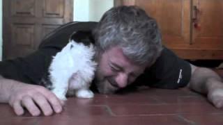 Facet położył się na podłodze obok swojego szczeniaka. Wtedy wydarzyło się coś zdumiewającego!