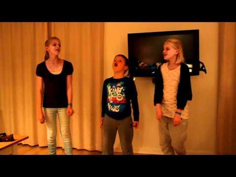 2011-10-19 René 42 års fødselsdag i Lalandia (14) sang-medley af Sara, Johanne og Christoffer.MOV
