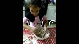 Mariana ensinando a fazer pão