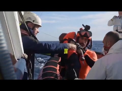 Video - Δεκάδες ετανάστες αποβιβάστηκαν στη Λαμπεντούζα