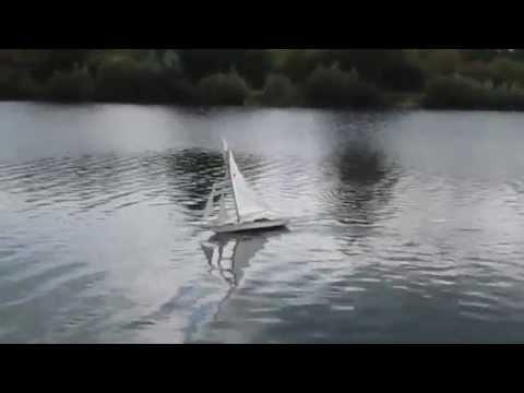 Voiles classiques RC : Estelle de Serge en navigation sous les rafales