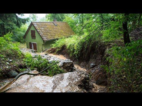 Aufräumarbeiten nach dem Unwetter in Hessen
