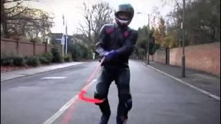 Świetny test pokazujący jak ważne są skórzane kombinezony dla motocyklistów.