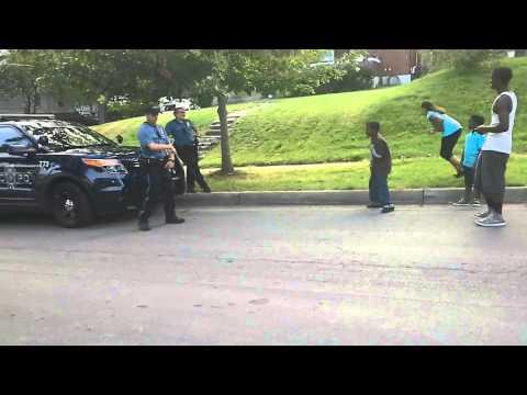 ストリートで勃発した、警察官と少年のダンスバトルが癒されると話題に