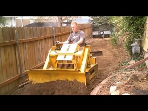 Mini Bull Dozer Struck Magna Trac Junior moving dirt (видео)