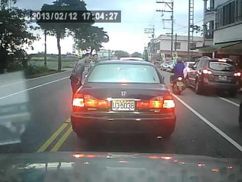 現在的流氓超猛的,路邊踹車以外還練了輕功!?