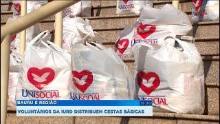 Voluntários da IURD distribuem cestas básicas