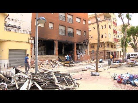 Apuntalan y sacan agua del sótano del edificio que se incendió el lunes en el Real (видео)
