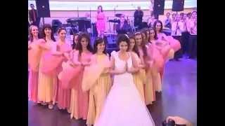 فيديو عروس سورية تشعل حفل زفافها برقصة كالفراشة مع عريسها على أنغام أغنية سورية