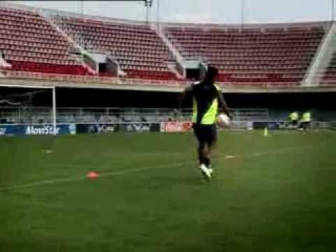 Ronaldinho jugando con el arco