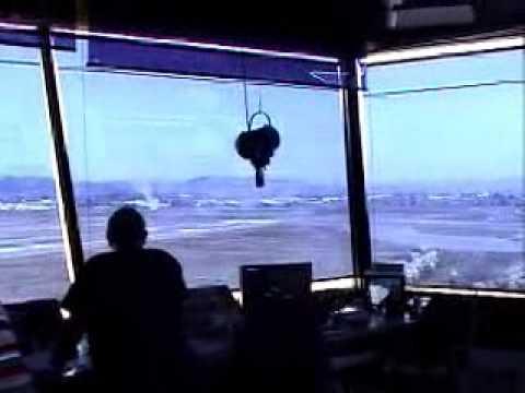Wieża kontroli i samolot