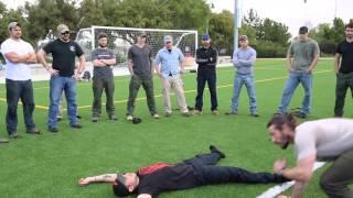 Komandos pokazuje jak szybko podnieść rannego kumpla z pola walki…