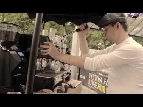 VIDEO: Ako sa rodí káva z pákového retro stroja na ulici