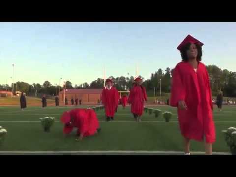 Chica se cae una y otra vez ¡En su graduación!