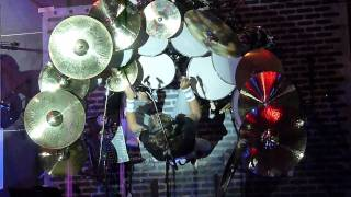 """Auf dieser Tour hatte Nicko am 31.10.2011 nicht nur abends seine Workshops abgehalten, sondern stand bereits schon nachmittags dem interessierten Fachpublikum zur Verfügung, Fragen wurden beantwortet und natürlich auch Autogramme gegeben. Im Rahmen seiner Tour wurden auch die brandaktuellen neuen """"Spirit of Maiden"""" Produkte vorgestellt"""
