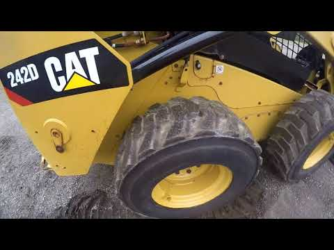 CATERPILLAR SKID STEER LOADERS 242D equipment video KTU5vl6siEQ