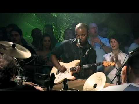DVD - Sambô - Uma roda de amigos, todos músicos profissionais e com a mesma intenção: tocar um samba de primeira, em volta de uma mesa, batendo papo. Assim nasceu ...