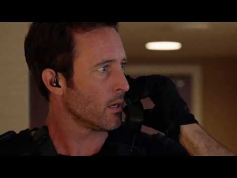 Hawaii Five O 10x12 Steve getting a phone call from Thomas Magnum