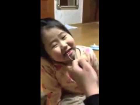 Bố nhổ răng cho con gái hài không đỡ được