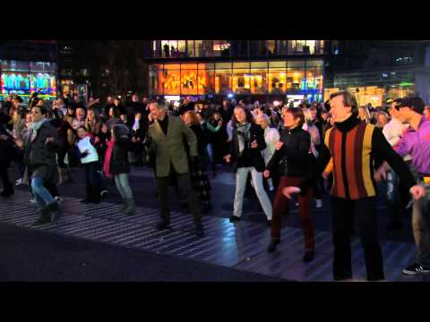 Malakhov - Der fabelhafte Flashmob im Sony Center mit Vladimir Malakhov, Tnzern des Staatsballetts Berlin, Aerobictnzerinnen des Fitnessclubs Aspria, den Kinder von 
