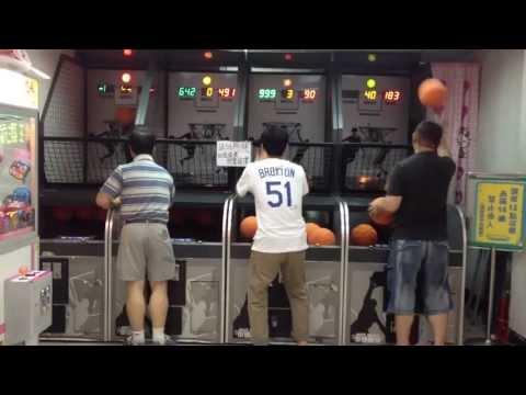 """Người đàn ông chơi ném bóng rổ """"bách phát bách trúng"""" với tốc độ siêu nhanh"""