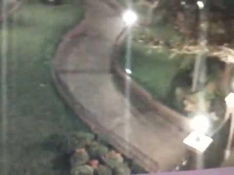 Camara de seguridad de disneylandia graba un Fantasma.