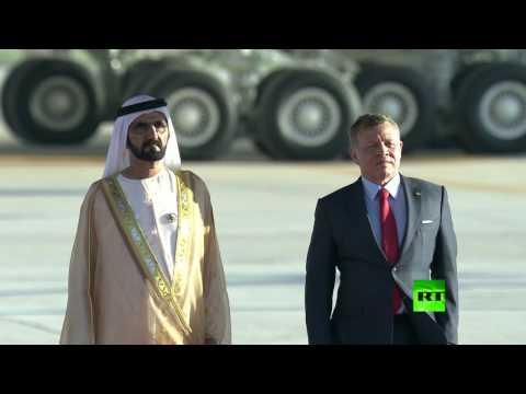 حاكم دبي يتعثر على سلم الطائرة