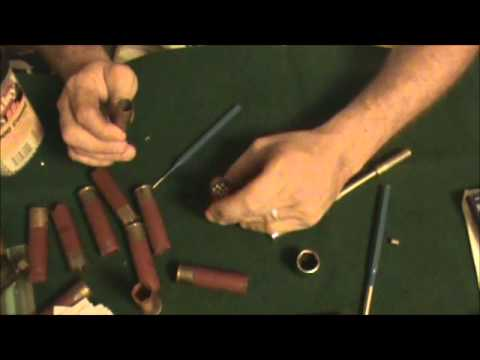 reloading a 12 gauge shell with black powder (видео)