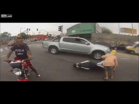 Video Motosiklet Hırsızlığı Yaparken Kafasından Vuruldu download in MP3, 3GP, MP4, WEBM, AVI, FLV January 2017