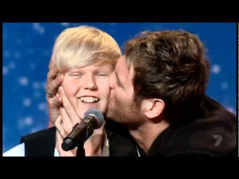 當這位14歲的男孩宣布他想唱的歌曲時,裁判看輕他。 然後在02:39,他讓所有人震驚不已。