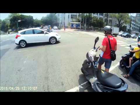 台灣就是需要這種人!熱心騎士彎腰撿路上「鋼鐵碎片」!