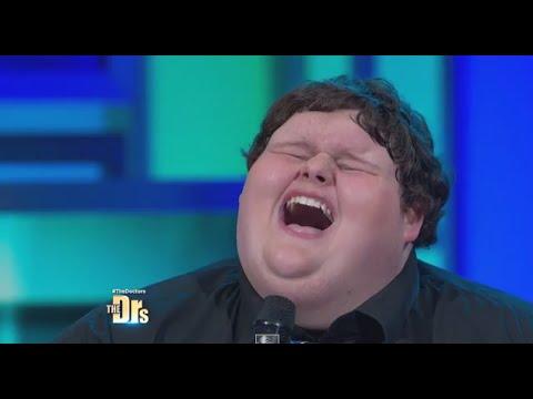 當觀眾以為這個290公斤重的少年只是上電視訴說經歷時,他拿起麥克風一開口後全場靜下來!