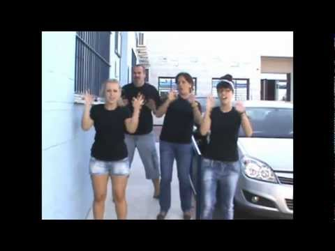Chiquilla en lengua de signos española