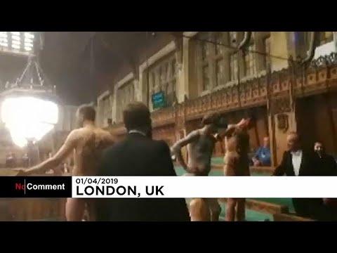 Γυμνοί διαδηλωτές μέσα στο βρετανικό κοινοβούλιο