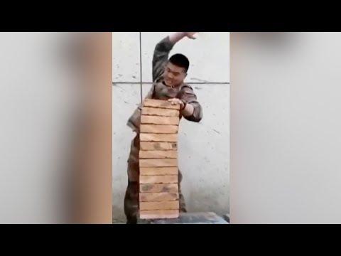 العرب اليوم - شاهد: جندي يحطم صفا من 14 قالب طوب بضربة واحدة