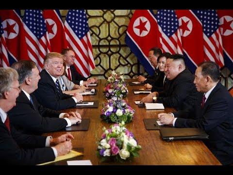 Tổng thống Mỹ Donald Trump và Chủ tịch Triều Tiên Kim Jong Un cười vui vẻ trong phòng họp @ vcloz.com