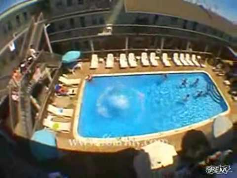 Grande salto da varanda para a piscina