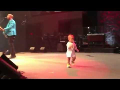 tańczące dziecko kradnie show