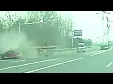 奇怪的交通意外,貨車一停下來整個車頭瞬間散掉!
