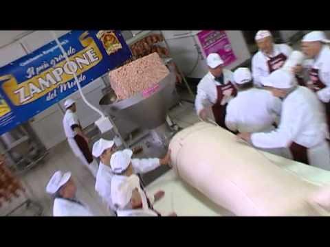 a modena lo zampone più grande del mondo: 900 kg di carne di maiale
