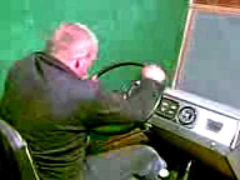 Инструктор по вождению жжет.