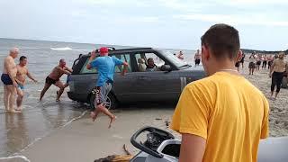 Wjechał do Bałtyku Range Roverem. Utknął i prosił o pomoc