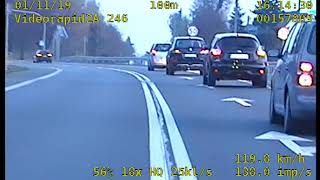 Seba w dresie na motocyklu ucieka przed policją – nagranie z wideo rejestratora